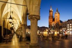 Città Vecchia della città di Cracovia di notte in Polonia fotografia stock