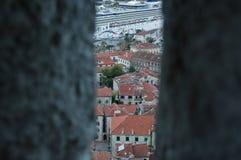 Città Vecchia di Cattaro con la nave da crociera veduta dall'allerta, Montenegro Immagine Stock Libera da Diritti