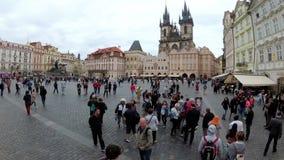 Città Vecchia, quadrato di Mesto di sguardo fisso Passeggiata della gente intorno al quadrato Praga, repubblica Ceca archivi video