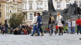Città Vecchia, quadrato di Mesto di sguardo fisso Passeggiata della gente intorno al quadrato Praga, repubblica Ceca stock footage