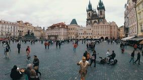 Città Vecchia, quadrato di Mesto di sguardo fisso Passeggiata della gente intorno al quadrato Praga, repubblica Ceca video d archivio