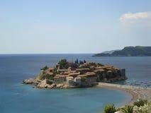 Città Vecchia sull'isola della st Stefan in mare adriatico (Montenegro) Immagine Stock