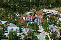 Città vicino alla collina crestata Colorado fotografia stock libera da diritti