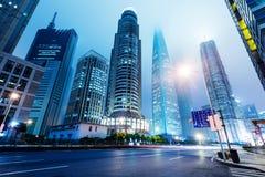 Città dei grattacieli alla notte Immagine Stock
