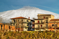 Città di Bronte sotto il vulcano nevoso Etna Immagine Stock