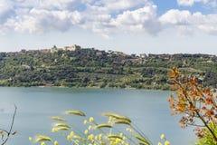 Citt? di Castel Gandolfo situata dal lago Albano, Lazio, Italia fotografie stock libere da diritti