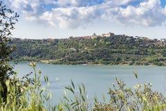 Citt? di Castel Gandolfo situata dal lago Albano, Lazio, Italia immagini stock libere da diritti