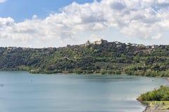 Citt? di Castel Gandolfo situata dal lago Albano, Lazio, Italia fotografia stock