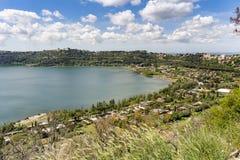 Citt? di Castel Gandolfo situata dal lago Albano, Lazio, Italia fotografie stock