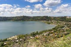 Citt? di Castel Gandolfo situata dal lago Albano, Lazio, Italia immagini stock