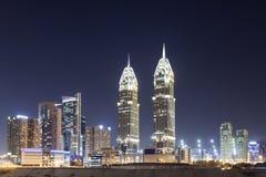Città di Internet del Dubai alla notte Fotografia Stock