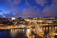 Città di Oporto nel Portogallo di notte Immagine Stock