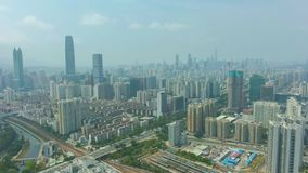 Citt? di Shenzhen a Sunny Day Vicinanza residenziale Guangdong, Cina Siluetta dell'uomo Cowering di affari archivi video