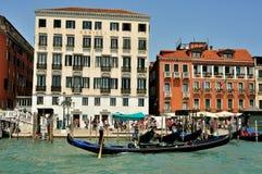 Citt? di Venezia con le vecchie costruzioni e gondola, Italia immagini stock libere da diritti