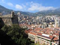 Citt? e principe anziani Palace sulla roccia in mar Mediterraneo, Monaco, Francia del sud fotografia stock libera da diritti
