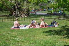 Citt? Praga, repubblica Ceca La gente prende il sole nel parco e nella passeggiata concentrare 2019 25 aprile fotografia stock