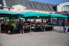 Citt? Repubblica di Riga, Lettonia Il mercato centrale con i cassieri, in cui la gente compra l'alimento 29 aprile Una foto di 20 immagini stock libere da diritti