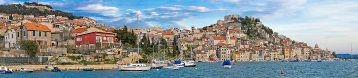 Città storica di panorama di lungomare di Sibenik Fotografia Stock