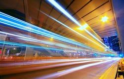 Città urbana moderna alla notte con traffico dell'autostrada senza pedaggio Immagine Stock Libera da Diritti