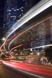 Città urbana moderna con traffico dell'autostrada senza pedaggio alla notte Fotografia Stock