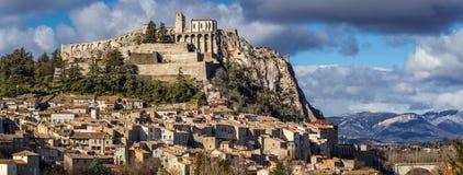 Cittadella di Sisteron con i tetti e le fortificazioni Alpi del sud Francia Fotografia Stock