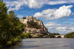Cittadella di Sisteron, fortificazioni, fiume di Durance con le nuvole Alpi del sud, Francia Fotografia Stock Libera da Diritti