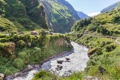 Cittadina accanto ad un fiume nell'area di Annapurnas, Himalaya, Ne Immagini Stock Libere da Diritti