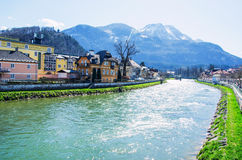Cittadina con il fondo della gamma delle alpi e del fiume Fotografia Stock