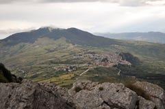 Cittadina italiana in alta montagna nelle nuvole Fotografie Stock Libere da Diritti