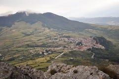 Cittadina italiana in alta montagna nelle nuvole Fotografia Stock Libera da Diritti