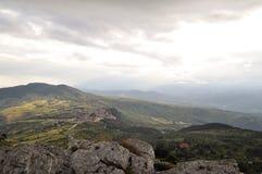 Cittadina italiana in alta montagna nelle nuvole Fotografie Stock