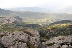Cittadina italiana in alta montagna nelle nuvole Immagini Stock