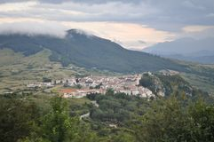 Cittadina italiana in alta montagna nelle nuvole Fotografia Stock