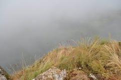 Cittadina italiana in alta montagna nelle nuvole e nella nebbia Immagini Stock