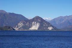 Cittadina sul lago Maggiore e sulle alpi della montagna Fotografie Stock