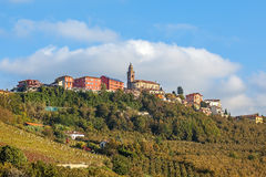 Cittadina sulla collina in Piemonte, Italia Fotografia Stock
