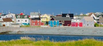 Cittadina Terranova Il multi colore alloggia la linea vie in villaggi attraverso Terranova Fotografia Stock Libera da Diritti