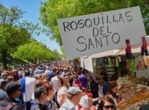 Cittadini che comprano Rosquillas del Santo alla fiera di San Isidro fotografia stock libera da diritti