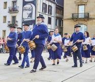 Cittadini che tamburellano in Tamborrada di San Sebastian Paese Basque, Spagna fotografie stock
