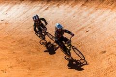 Cittadini finali dei ragazzi della corsa di BMX fotografia stock