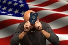 Cittadino americano detenuto in manette con un passaporto in sue mani fotografie stock