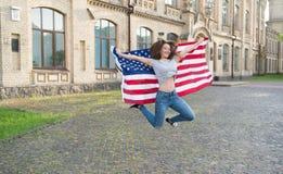 Cittadino patriottico Vacanza e viaggio Priorit? bassa del grunge di indipendenza Day Festa nazionale Salto allegro della ragazza fotografia stock libera da diritti