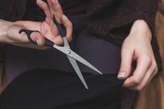 citting与剪刀的女性手特写镜头部份视图织品 库存图片