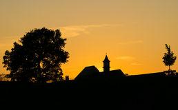 city over sunset ενάντια ανασκόπησης μπλε σύννεφων πεδίων άσπρο σε wispy ουρανού φύσης χλόης πράσινο Στοκ φωτογραφία με δικαίωμα ελεύθερης χρήσης