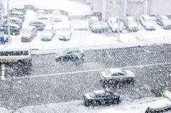 City Road mit Autos in der Zeit von starken Schneefällen Stockfotos