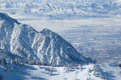 City-Winteransicht von den Bergen Stockbild