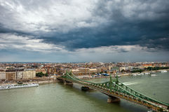 Citycape con il ponte sopra Danubio Immagini Stock