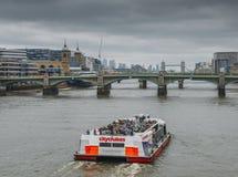 CityCruises turnerar fartygsegling på Thameset River in mot tornbron Fotografering för Bildbyråer
