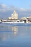 Citycsape mit weißem Wolkenkratzer Lizenzfreies Stockfoto