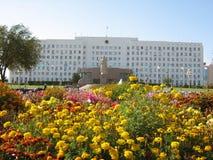 Cityhall av Atyrau Kazakstan i sommartid Arkivbilder